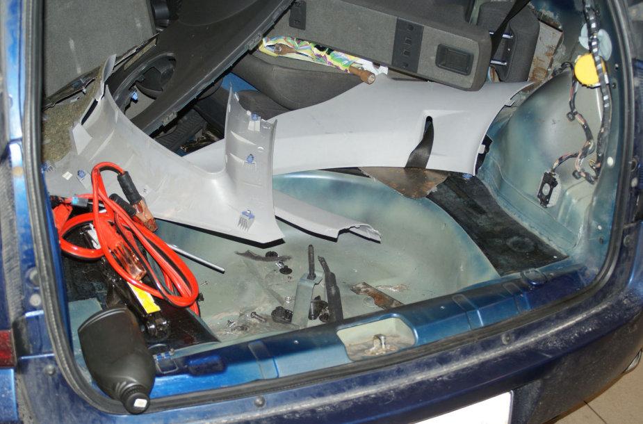 Kontrabandinių cigarečių slėptuvė automobilyje
