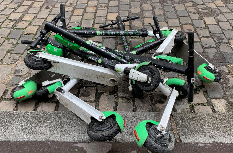 Numesti elektriniai paspirtukai Paryžiuje