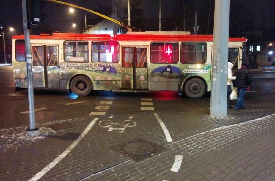 Spūstis Vilniuje, Konstitucijos prospekte, nutrūkus troleibusų linijai