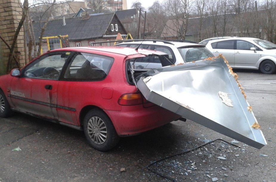 Vilniuje automobilį perskrodė nuo stogo nukritusi skarda