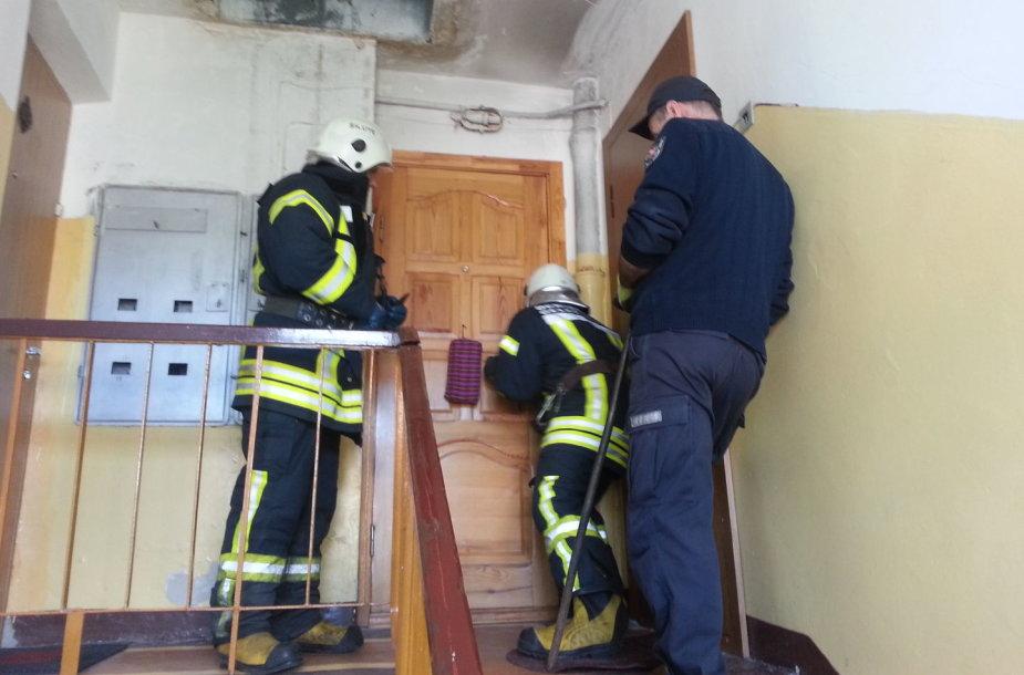 Gelbėtojai išlaužė duris