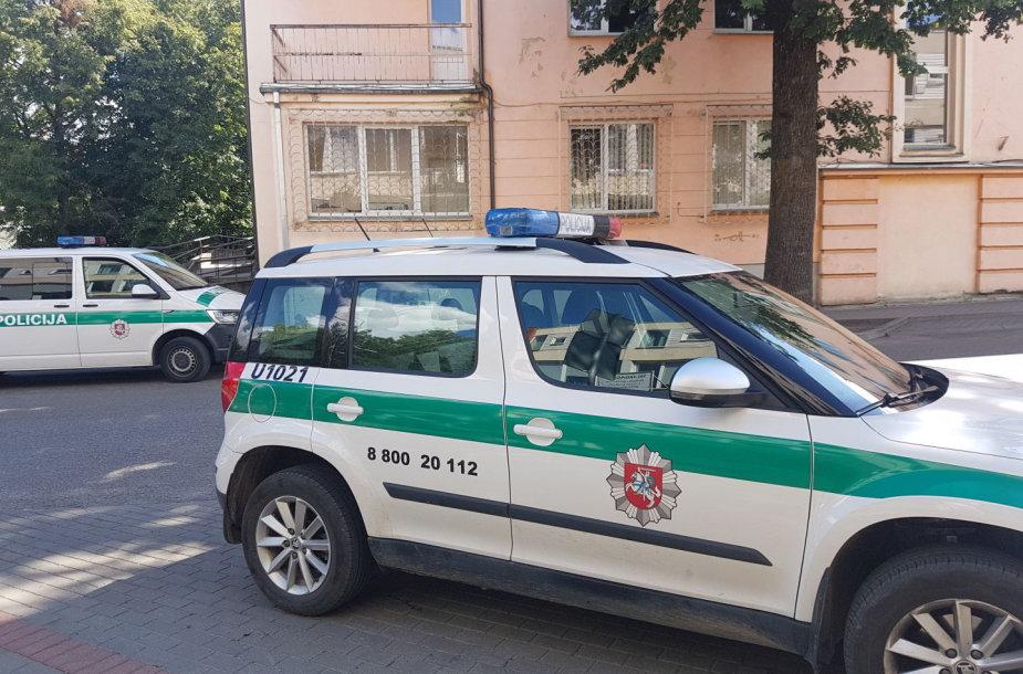 """Utenos apskr. VPK tarnybinis automobilis """"Škoda Yeti"""", stovintis šalia Utenos apskr. VPK pastato."""