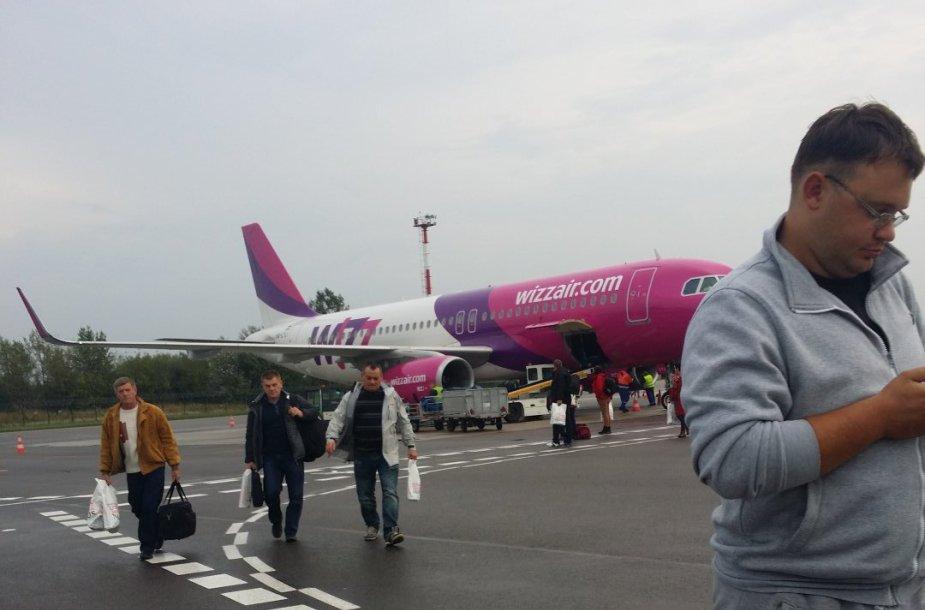 """Vos pakilęs """"Wizz Air"""" orlaivis sugrįžo į Vilniaus oro uostą, nes į jį pataikė žaibas."""