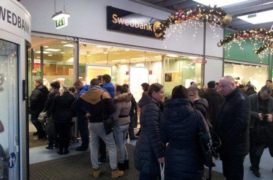 """Žmonių eilė prie """"Swedbank"""""""