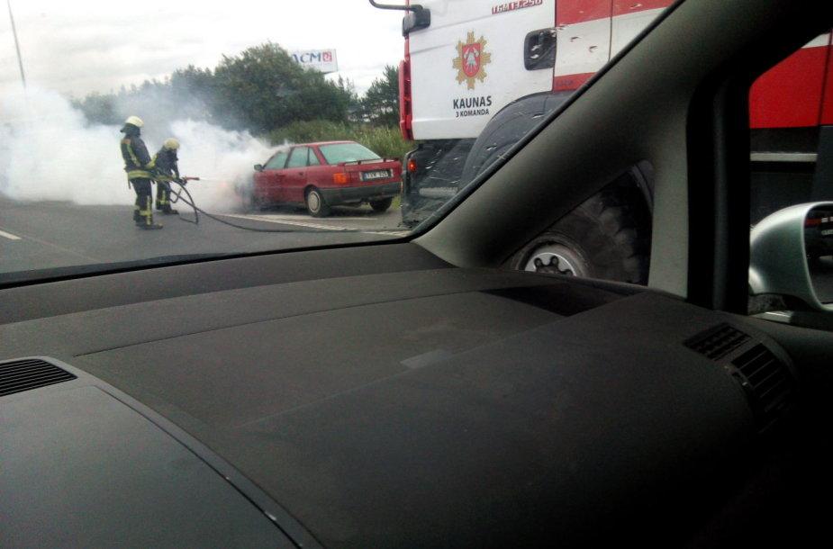 Užsidegė Audi 80