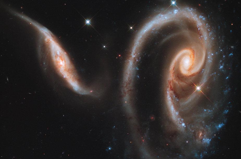 Besijungiančios galaktikos