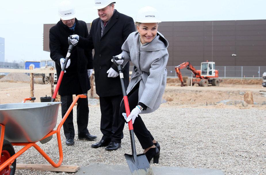 """""""DPD Lietuva"""" terminalo statybų pradžios renginys. Kapsulę įbetonuoja DPD vadovė I.Puišė, Kauno rajono meras V.Makūnas ir LEZ vadovas V.Petružis"""