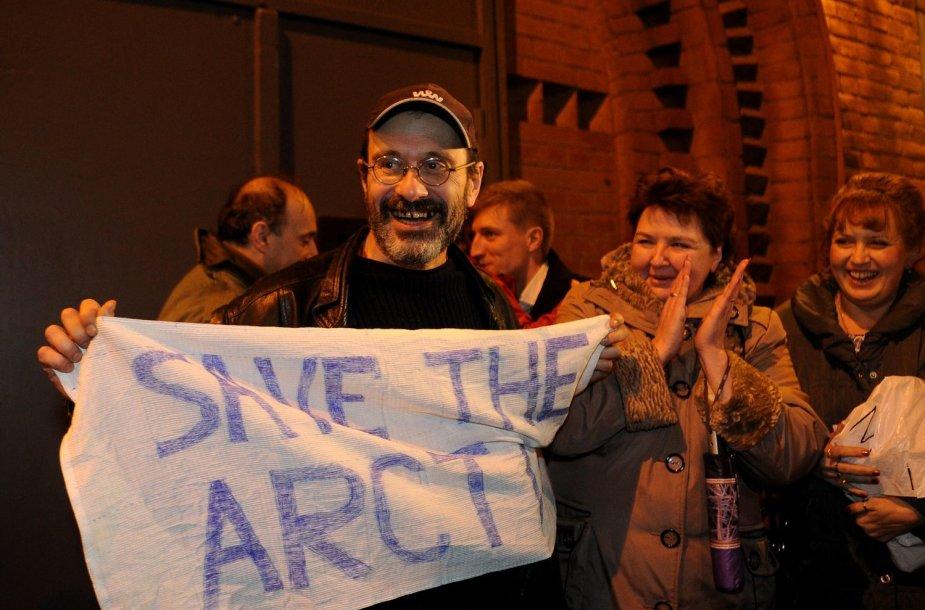 """Rusija iš areštinės paleido dalį """"Greenpeace"""" aktyvistų."""