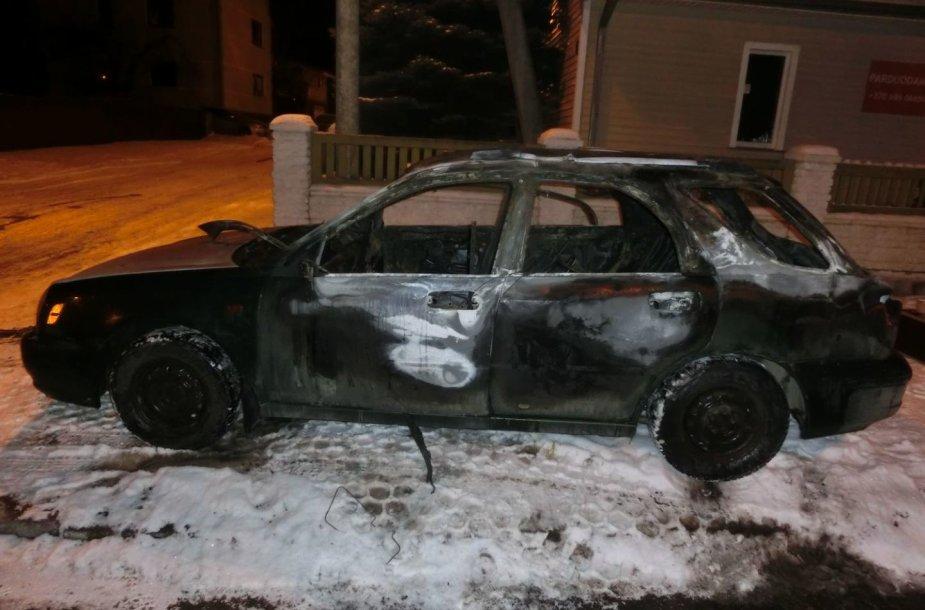 """Kaune sudegė """"Subaru"""" automobilis"""
