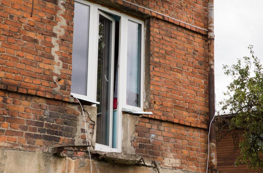 Kranto 7-ojoje gatvėje nukritęs socialinio būsto balkonas