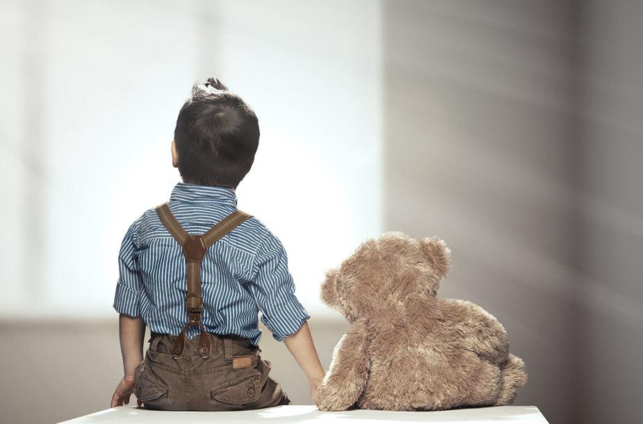 Vaikas su žaislu