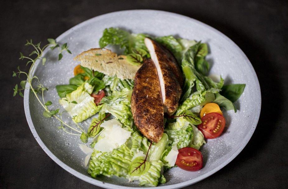 Garuose ruošta vištiena su salotomis