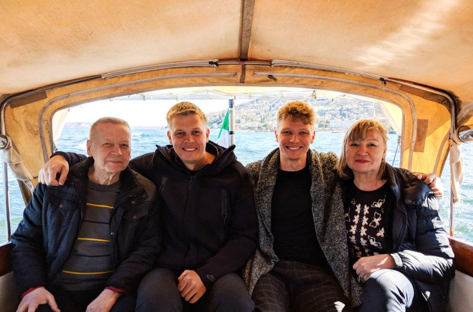 Mindaugas ir Saulius Kuzminskai su tėvais Zita ir Vladu