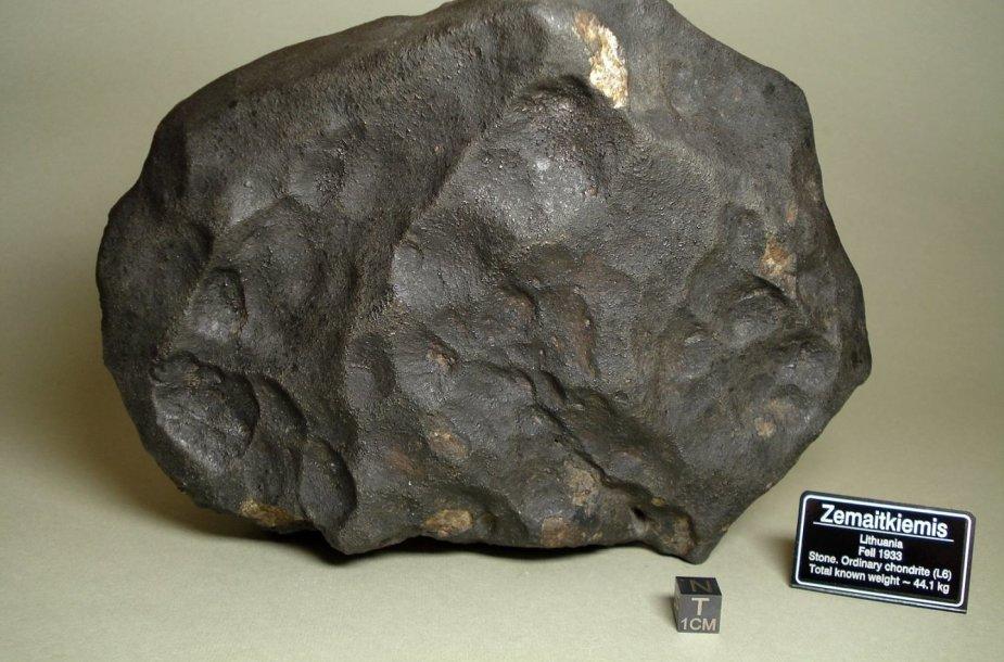 Trečias pagal masę Žemaitkiemio meteorito fragmentas iš privačios Andrejaus Jerochovo kolekcijos. Egzempliorių galima išvysti Lietuvos etnokosmologijos muziejuje.