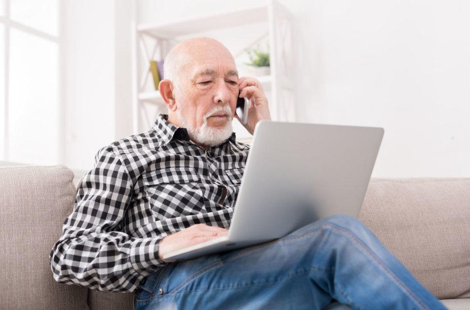 Senjoras  dirba kompiuteriu
