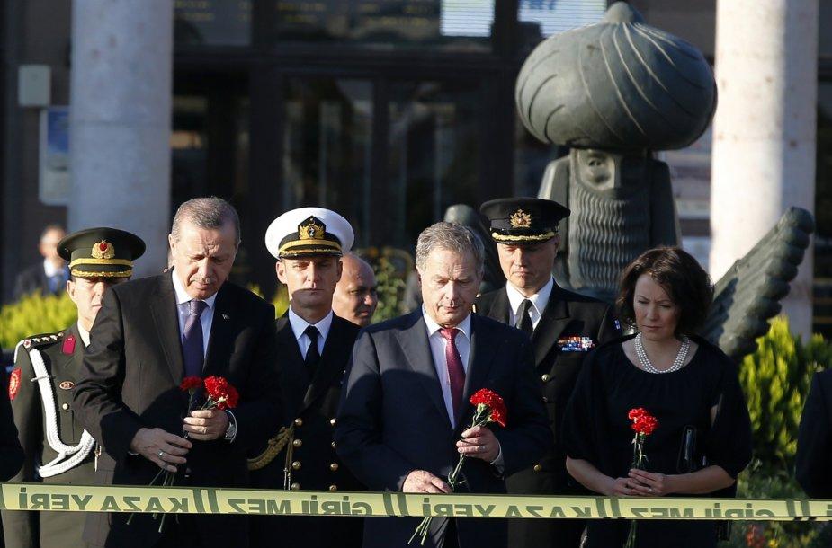 Turkijos ir Suomijos prezidentai pagerbia sprogimo Ankaroje aukas