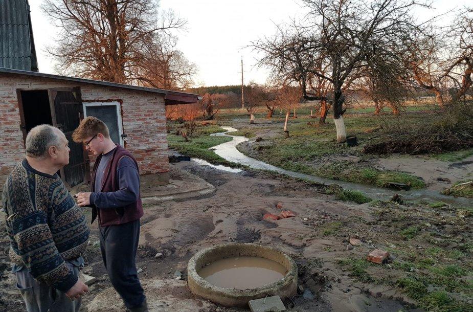Jonavos rajone dėl užkimštos pralaidos išsiveržęs vanduo sugadino kelią ir apsėmė sodybą