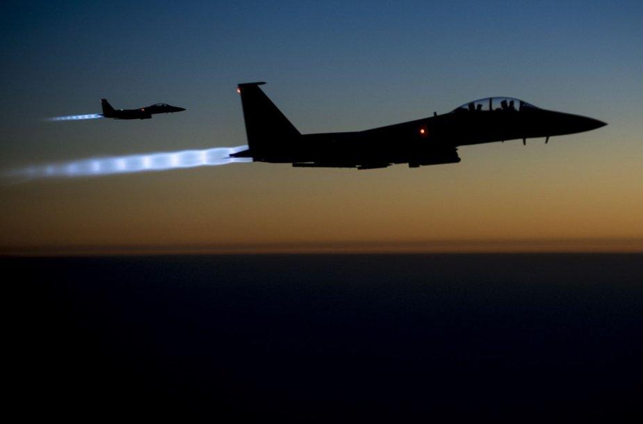 "JAV naikintuvai ""F-15E Strike Eagles"""