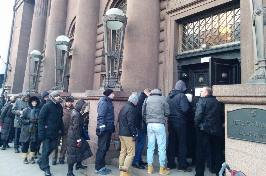 Žmonės prie Lietuvos banko