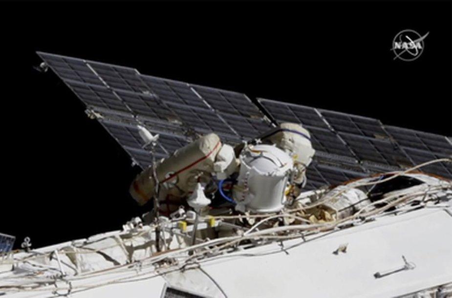 Rusijos kosmonautai atliko darbus TKS išorėje