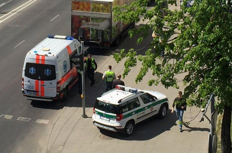 Į įvykio vietą buvo atvykę iš viso du policijos ekipažai ir greitosios pagalbos medikų brigada.