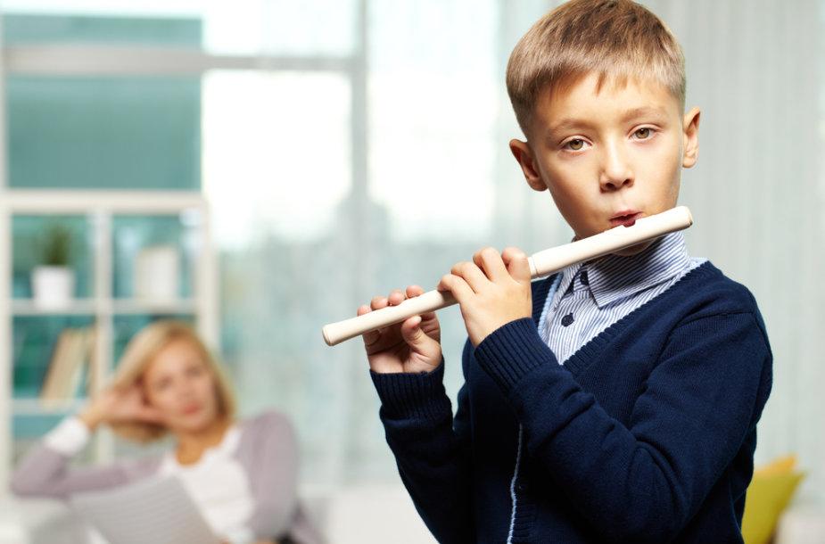 Muzikuojantis berniukas