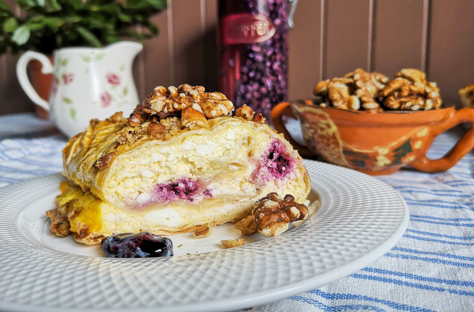 Saldus lavašo desertas su varške ir uogomis
