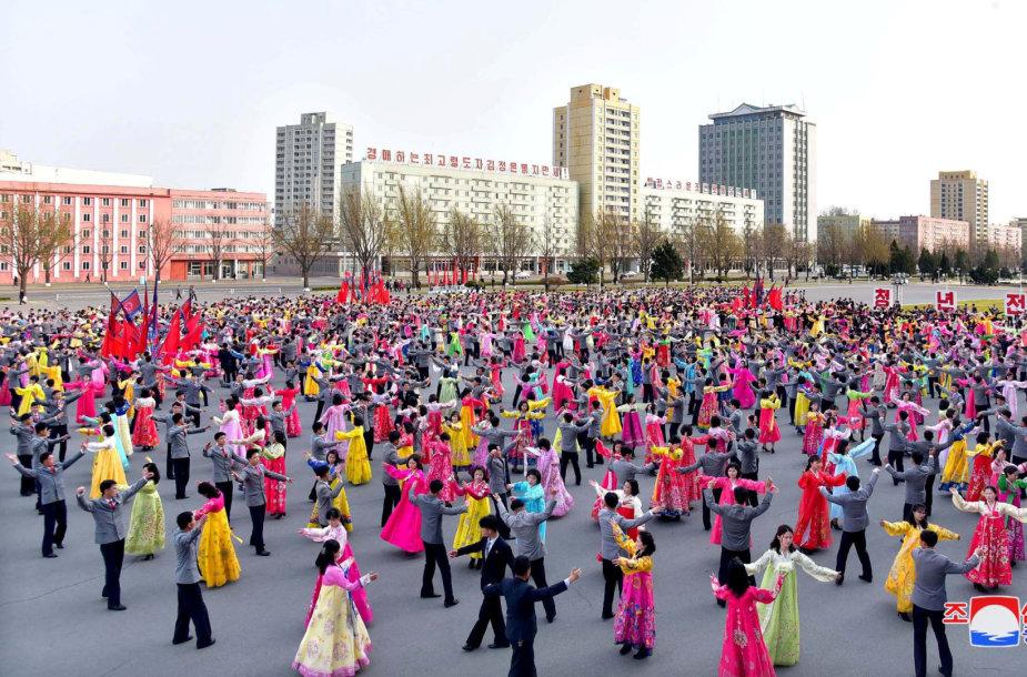 Šiaurės Korėja šokiais mini velionio šalies Kim Jong Ilo dieną