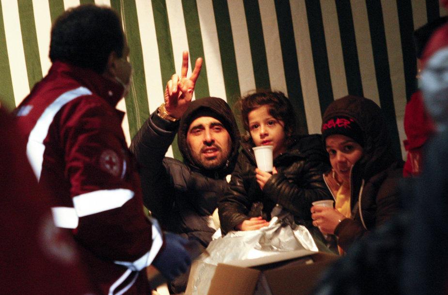 """Išgelbėti įgulos palikto nelegalų laivo """"Ezadeen"""" keleiviai  2015 m. sausio 03 d."""