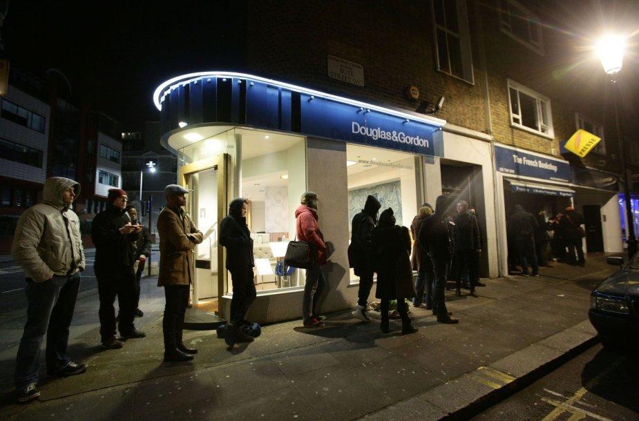 """Naktį eilėje naujo """"Charlie Hebdo"""" numerio laukiantys žmonės"""