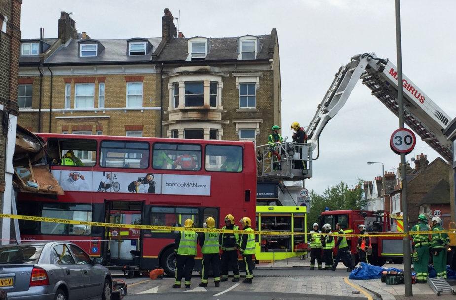 Pietų Londone autobusas rėžėsi į parduotuvę