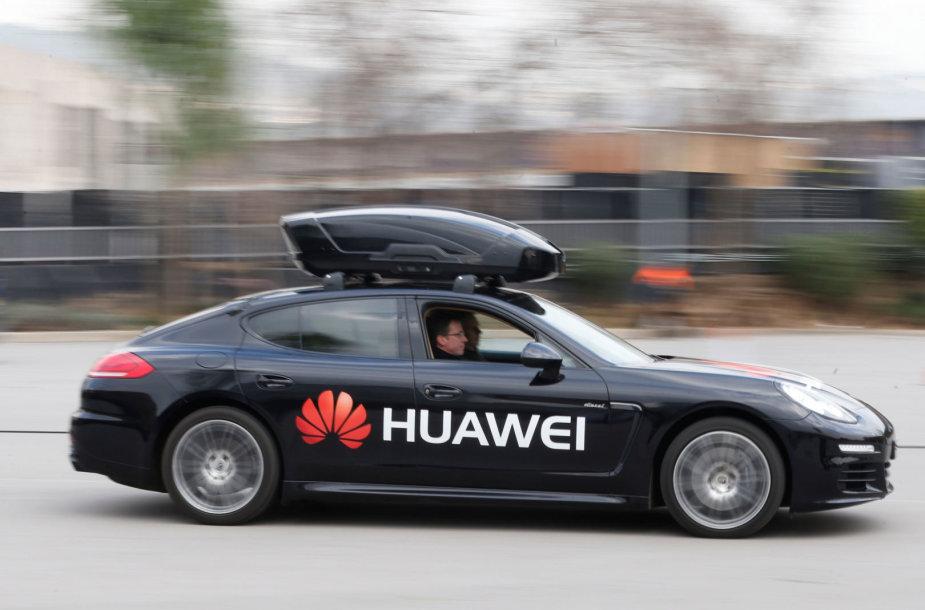 """Huawei"" telefonu valdomas ""Porsche Panamera"" automobilis"