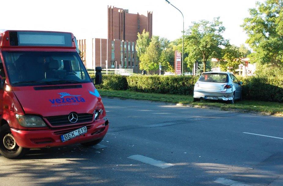 Avariją sukėlė 10 klaipėdiečių į darbą vežęs mikroautobusas