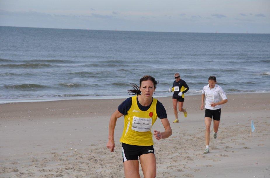 """Šeštadienį bėgikai jėgas išmėgins bėgdami """"Gintarinę jūrmylę""""."""