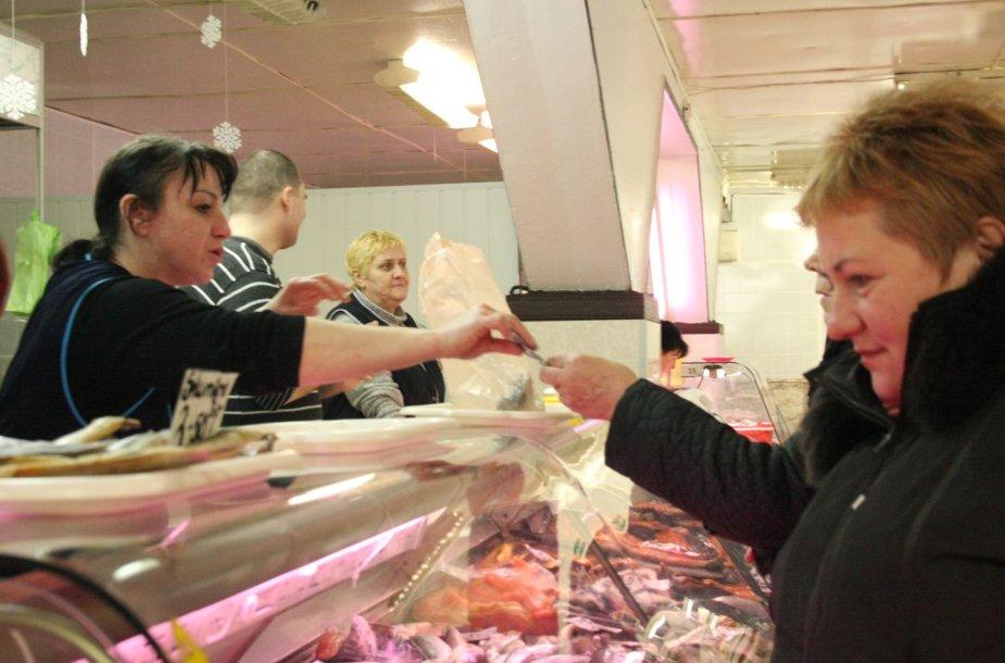 Senajame Klaipėdos turguje žuvis šluote šluojama.