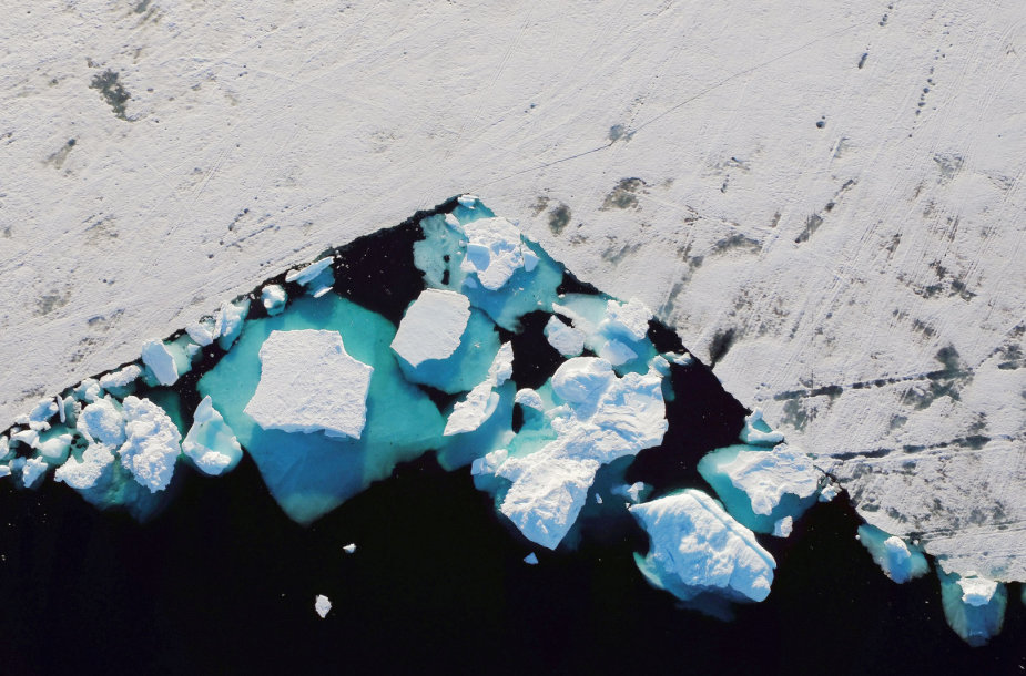 Plūduriuojantis ledkalnis prie fiordo Grenlandijoje