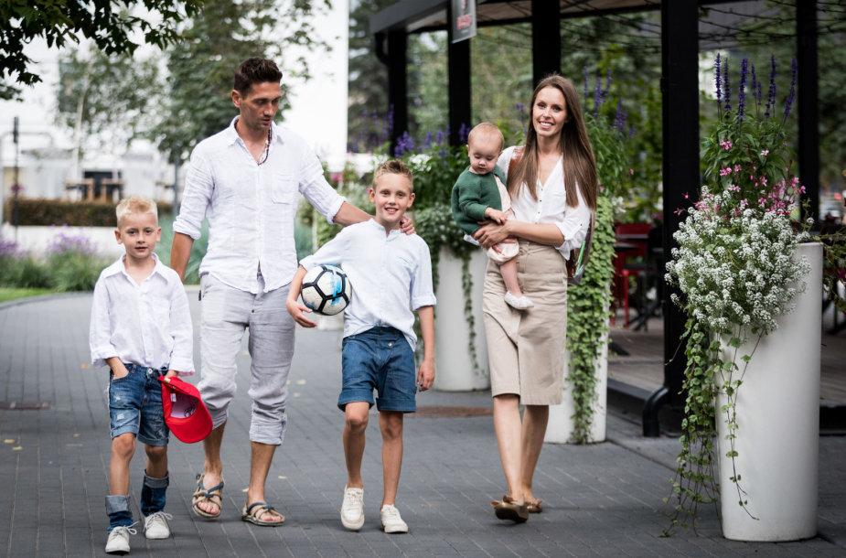 Vaida ir Deividas Česnauskiai su vaikais