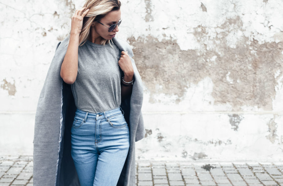 Mergina su džinsais