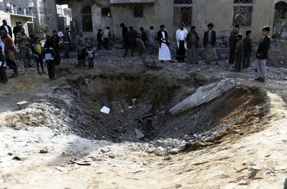 Žmonės susirinkę prie bombos išmuštos duobės Jemeno sostinėje Sanoje