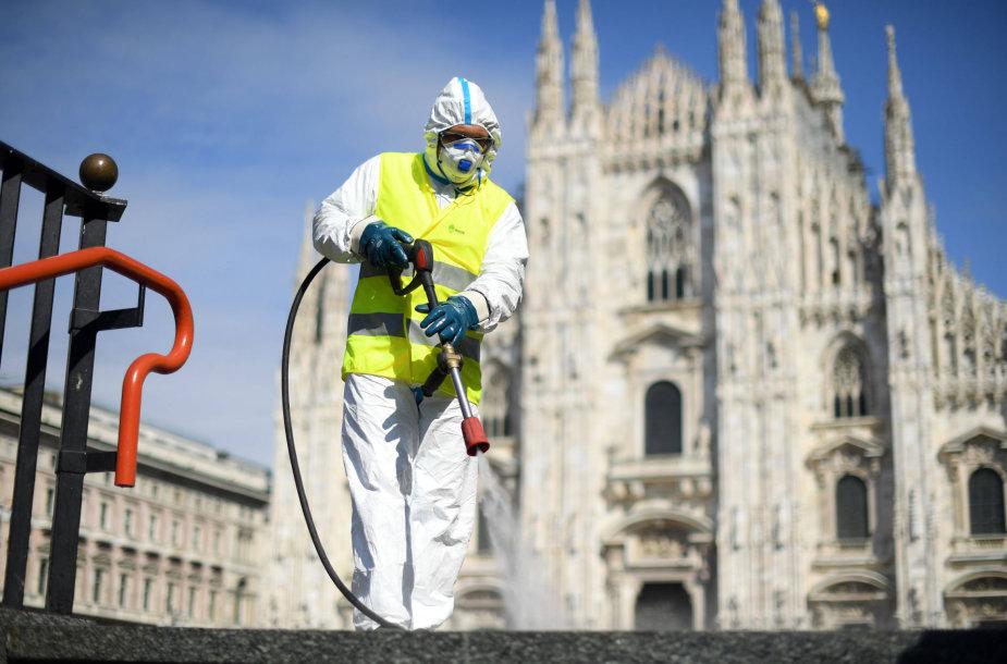 Italijoje darbuotojas valo aikštę Milane.