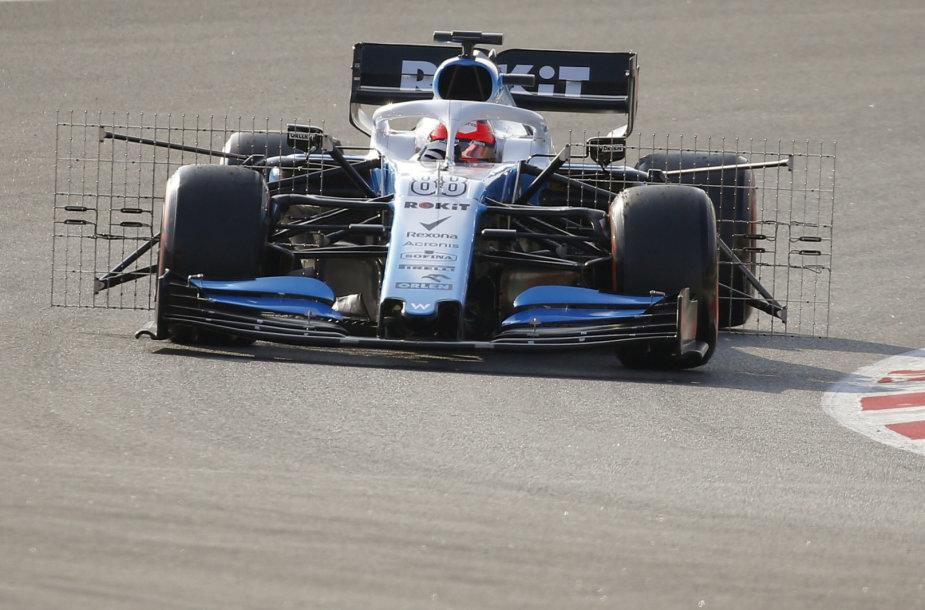 """""""Formulės 1"""" automobiliai Barselonoje, bandymų metu apkarstyti grotelėmis"""