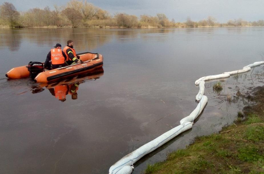 Atmatos upėje – neaiškūs teršalai