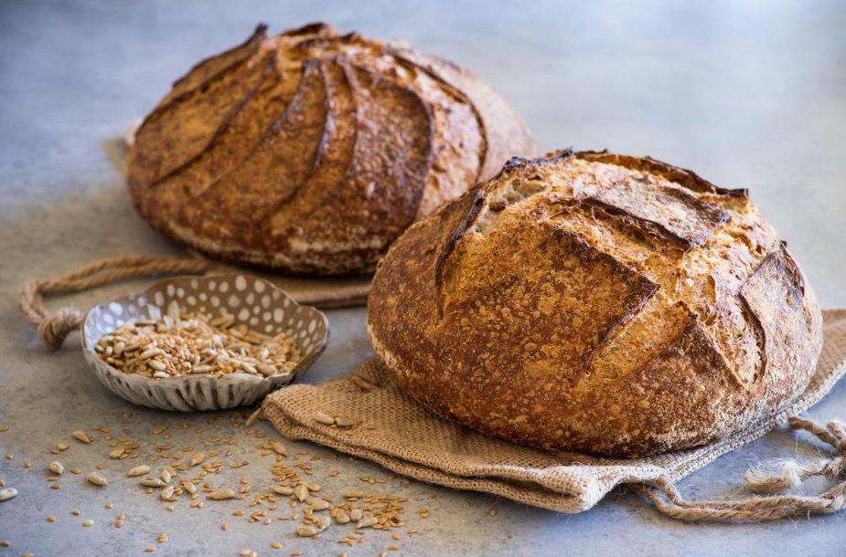Su raugu kepta šviesi duona