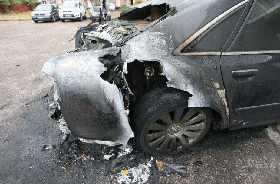 """Šiauliuose supleškintas """"Audi"""" limuzinas"""