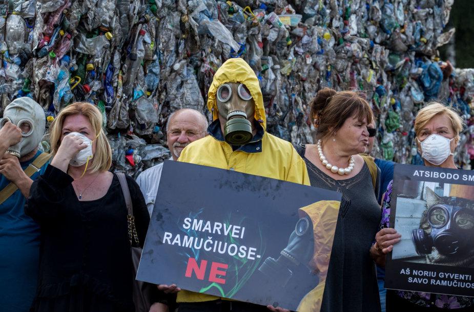 Dėl sklindančio kvapo Ramučių gyventojai susirinko į protestą