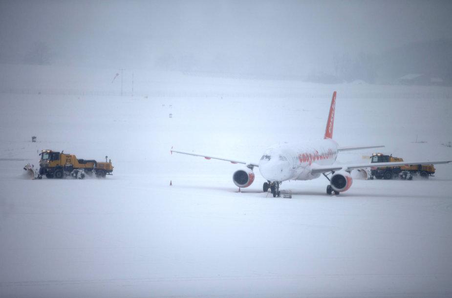 Sniegas Ženevos oro uoste