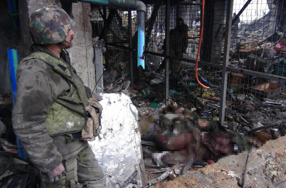 Rusijos teroristai prie žuvusių Donecko oro uosto gynėjų.