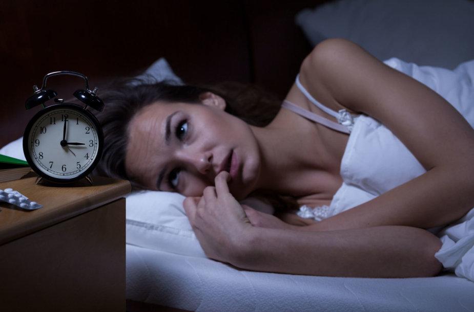 Moteris negali užmigti.