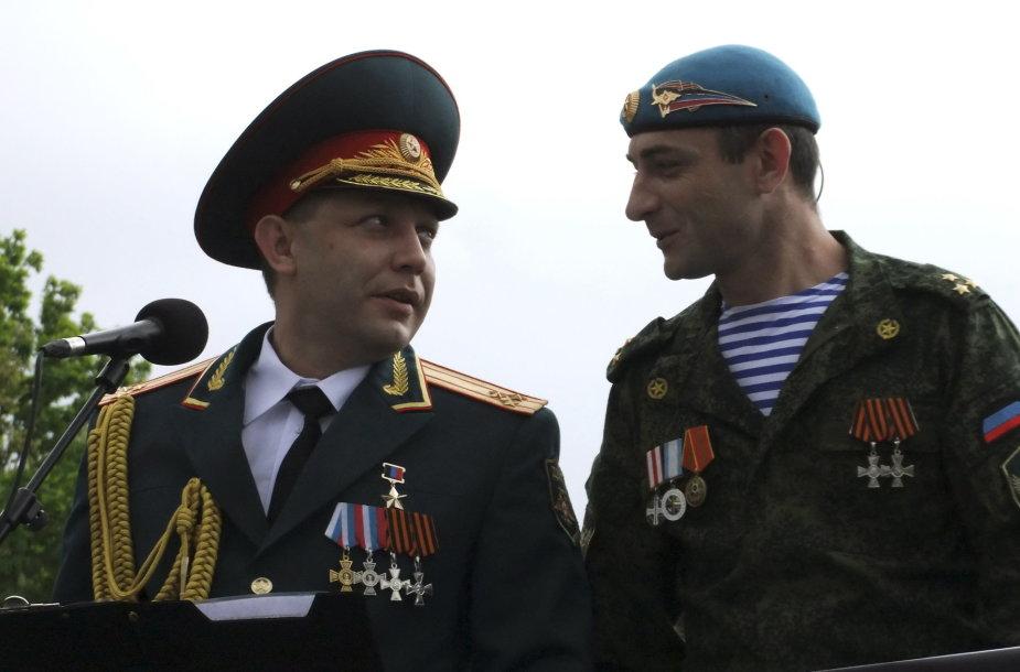 Girtas Aleksandras Zacharčenka stebėjo karinį paradą Donecke