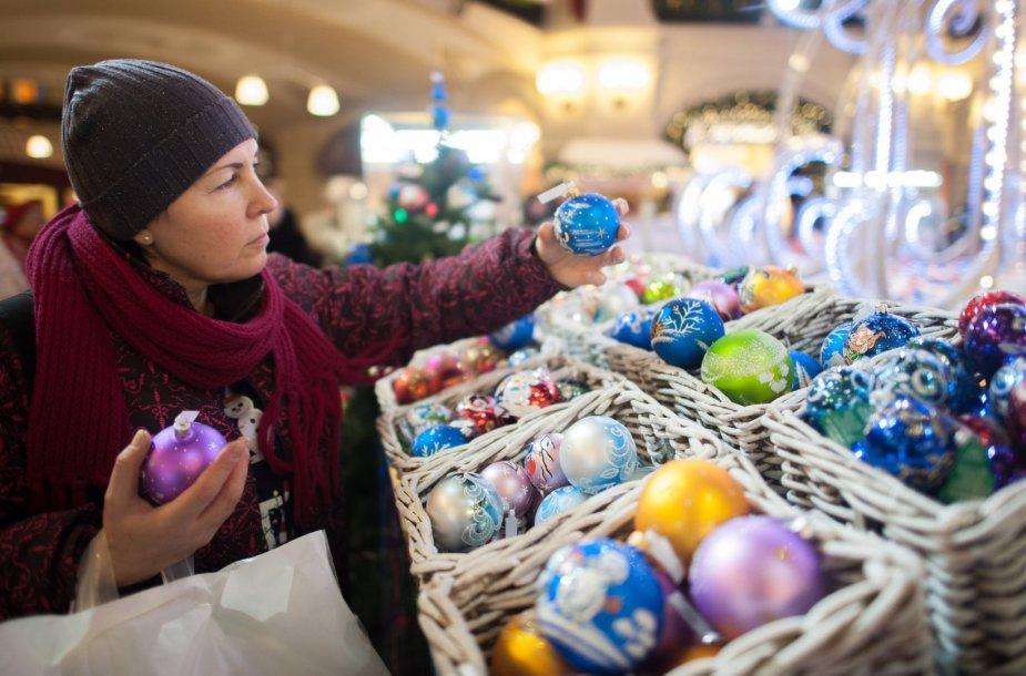 Moteris Maskvoje renkasi šventinius papuošimus